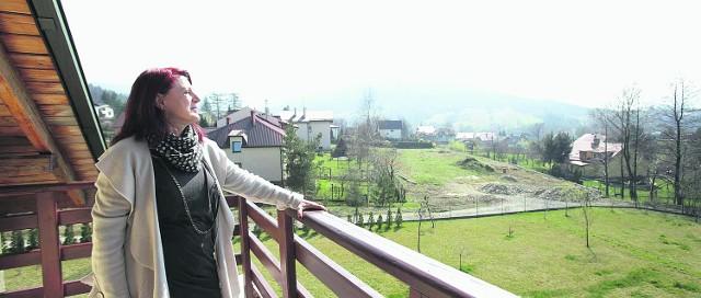 Urszula Dudziak: Straconka była dla mnie metafizyczną klapą bezpieczeństwa. Bardzo często wracałam myślami do tego miejsca. Kojarzyło mi się z małą Urszulką - ufną, niewinną, bezpieczną... I to uczucie w trudnych życiowych momentach bardzo mi pomagało. Na zdjęciu Urszula na tarasie domu kuzyna