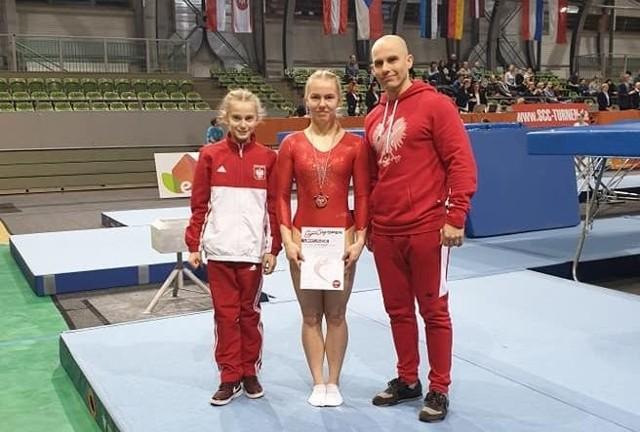 Przedstawiciele GOK Gwiazdy Dobrzeń Wielki  w Cottbus (od lewej): Paulina Wójcik, Natalia Rakałowicz i trener Adam Antoszczyk.