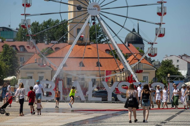 Szykuje się bardzo upalny weekend. Miasto postanowiło ułatwić życie mieszkańcom miasta i zainstalowało kurtyny wodne na Rynku Kościuszki.