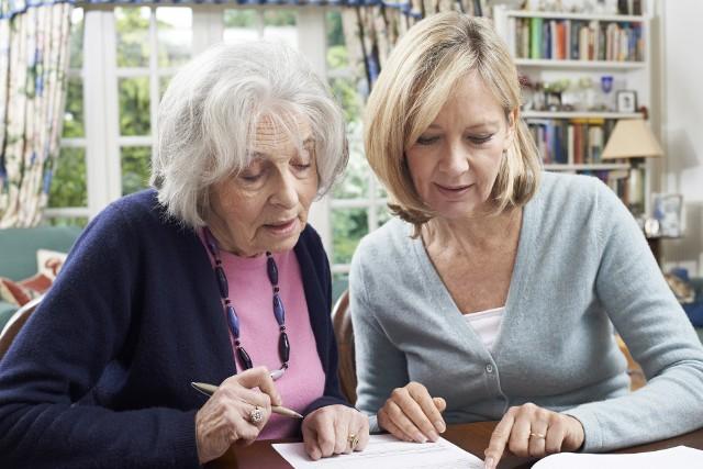 """We wniosku wystarczy napisać: """"Proszę o przeliczenie podstawy mojej emerytury (ewentualnie renty, świadczenia przedemerytalnego) z uwzględnieniem wynagrodzenia minimalnego"""""""