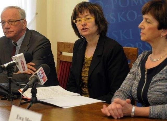 Prof. Irena Lipowicz ( w środku), rzecznik praw obywatelskich w kwietniu zainaugurowała regularne dyżury swoich  pracowników w Bydgoszczy