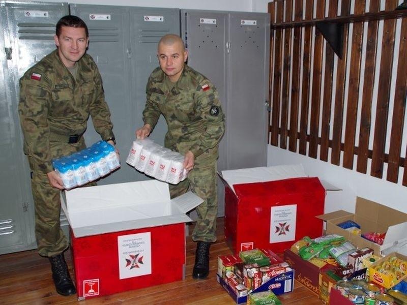 Żołnierze pakują produkty do paczek, które trafią do kombatantów na Kresach.