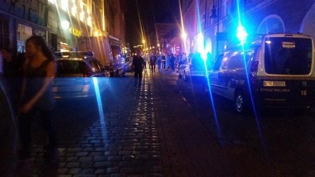 Pół setki policjantów i strażnicy miejscy w akcji na Starym Rynku. Zatrzymano 8 osób