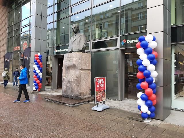 Pomnik dziś często sąsiaduje z krzykliwymi reklamami, balonikami, czy flagami.