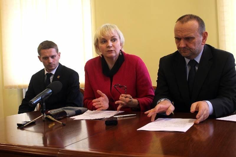 Radni miejscy i powiatowi - między innymi Hanna Żmuda, Mirosław Strzęciwilk i Przemysław Bożek- stają murem przeciwko powołaniu przez powiat gimnazjum dwujęzycznego.