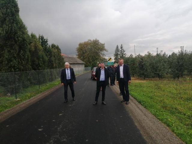 Od lewej. Andrzej Swajda, sekretarz powiatu,  Piotr Martyniak, dyrektor Zarządu Dróg w Sandomierzu i Marcin Piwnik, sandomierski starosta.