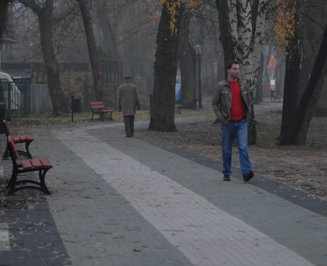 Maciej Materna przyjechał ostatnio do rodzinnego miasta i nie mógł oczywiście nie sprawdzić, jak wygląda świeżo zbudowana promenada (fot. Krzysztof Kubasiewicz)