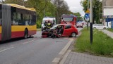 Wypadek na ul. Konstantynowskiej. Samochód osobowy zderzył się z autobusem MPK