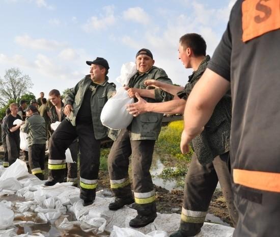 Strażacy z Chrząstowic pracowali m.in. na wałach w Siołkowicach. - Nie chodzi nam o to, żeby na powodzi zarobić, ale o docenienie pracy ochotników - mówi Łukasz Nowak, szef gminnej OSP.
