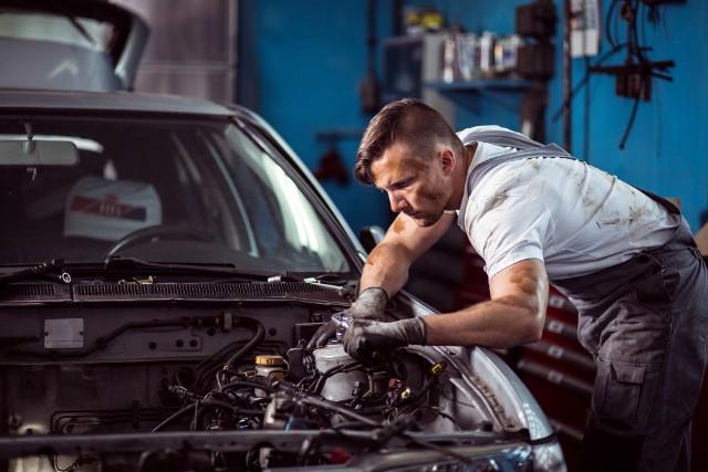 Najniższe wynagrodzenia otrzymują między innymi sprzedawcy w małych firmach i pracownicy warsztatów samochodowych