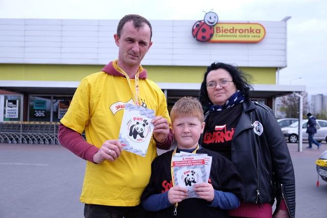 Piotr Adamczak, szef związku zawodowego Solidarność w Biedronce, w Poznaniu z całą rodziną rozdawał przechodniom i klientom sklepu informacje o proteście