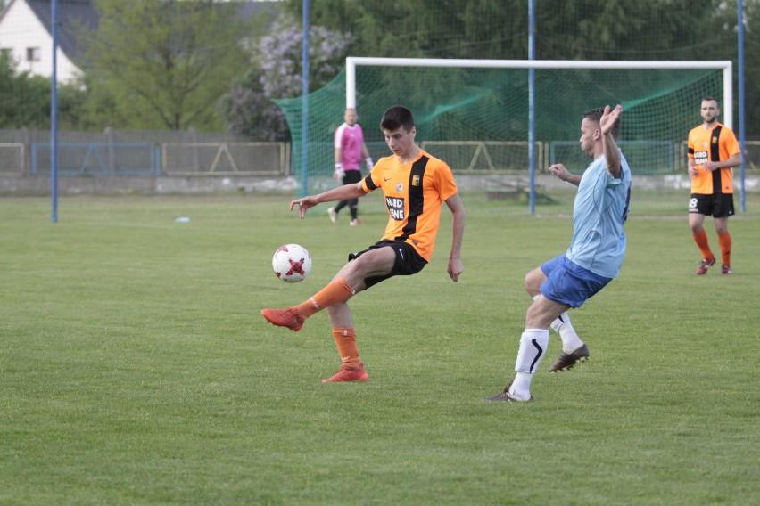 Kacper Kamiński (przy piłce) i jego koledzy z Małejpanwi Ozimek prezentowali w poprzednim sezonie bardzo atrakcyjną piłkę. W rozpoczynających się rozgrywkach powinno być podobnie, a ekipa z Ozimka zaliczana jest do grona faworytów w zmaganiach 4 ligi.
