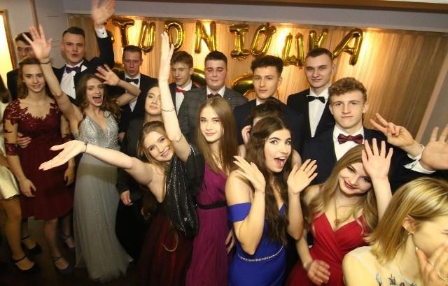 W sobotni wieczór tegoroczni maturzyści z Liceum Sportowego Gimbasket swoją studniówkę obchodzili w restauracji Glamour.