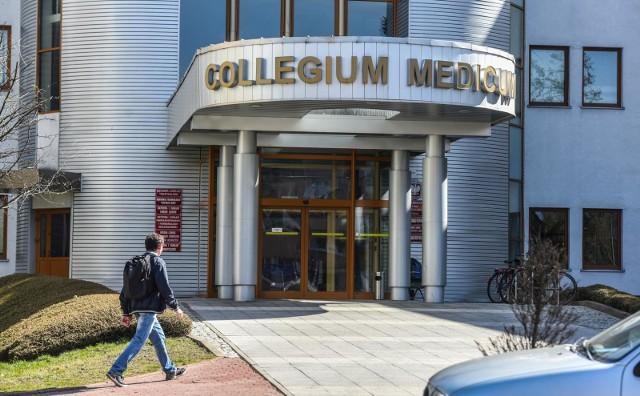 """W nagranej przez studentów rozmowie profesorów uczestniczyli wykładowcy Collegium Medicum w Bydgoszczy. Mieli oni stwierdzić, że egzaminy zdalne zdaje za dużo osób i coś z tym """"trzeba zrobić"""""""