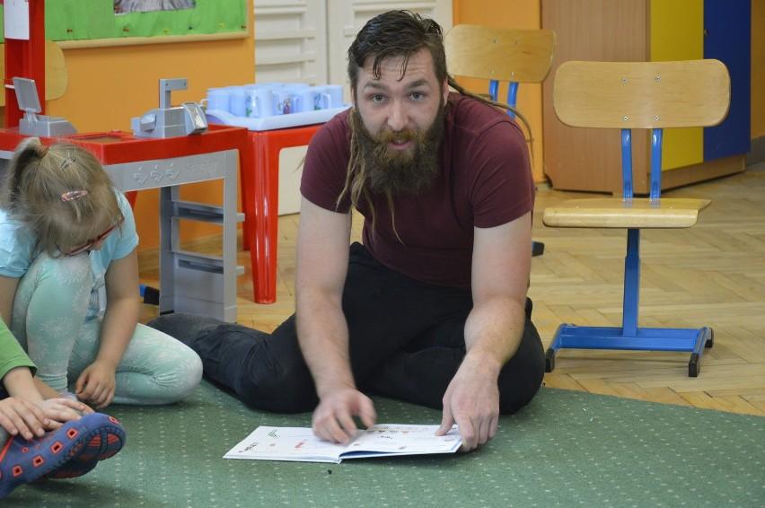Michał Szmytkowski w Dniu Dziecka na zaproszenie biblioteki czytał bajki przedszkolakom. - Gdy jestem w Gorzowie, żyję wyłącznie miastem - mówi.