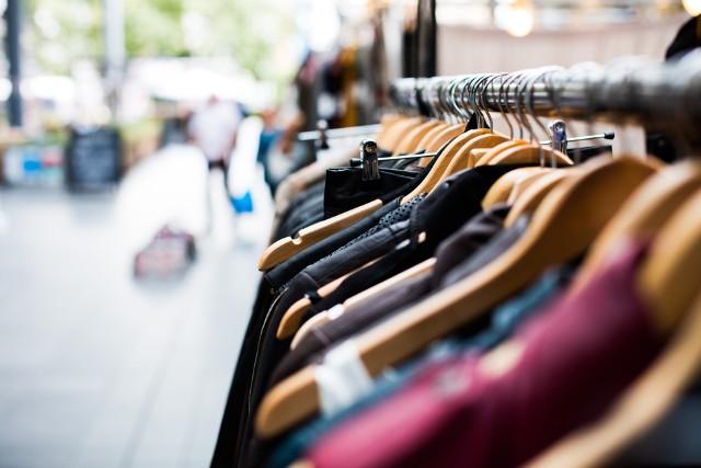 Nie chcesz wydawać kroci na nowe ubrania i akcesoria? Świetną alternatywą – zarówno dla Twojego portfela, jak i środowiska – są zakupy w second-handach! Znajdziecie tam ubrania w dobrej jakości i niskich cenach. Jedno jest pewne: dla każdego coś się znajdzie!