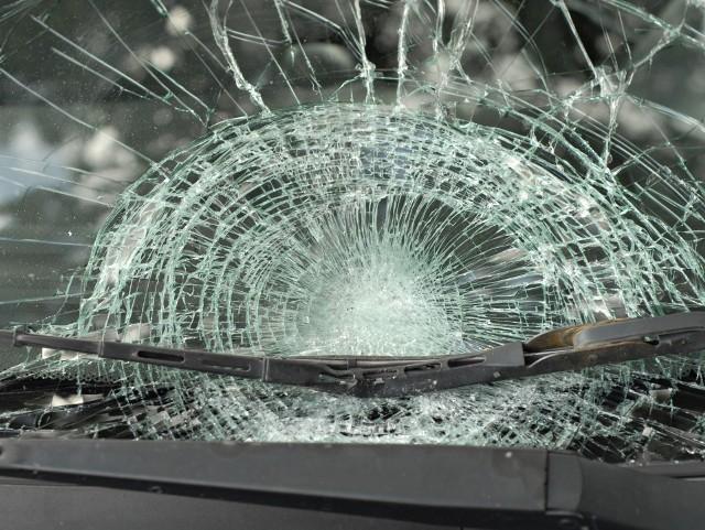 Pasażerka auta biorącego udział w wypadku trafiła do szpitala.