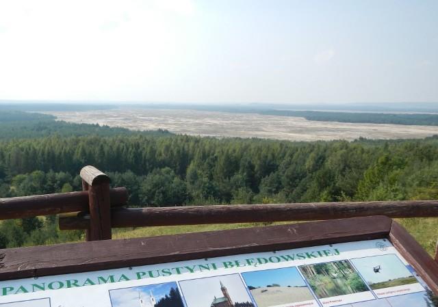 Pustynia Błędowska widziana ze wznoszącego się u jej południowo wschodniego krańca wzgórza Czubatka (382 m n.p.m.). Widać wszystko aż po znajdujące się po zachodniej stronie Błędowo. Część północną można oglądać ze wzgórza Dąbrówka (355 m)