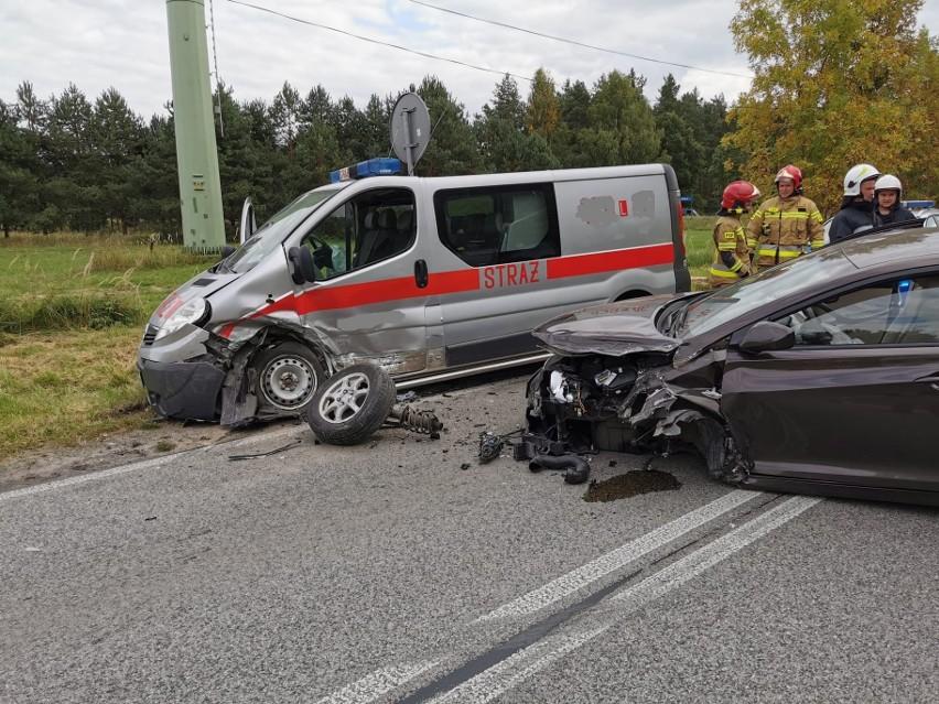 Powiat biłgorajski: Zderzenie samochodu strażackiego i osobówki. Jedna osoba trafiła do szpitala