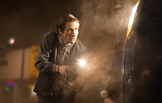 Jake Gyllenhaal jako Lou Bloom jest absolutnie perfekcyjny w swoim szalonym dążeniu do pokazywania najkrwawszych wydarzeń z Los Angeles