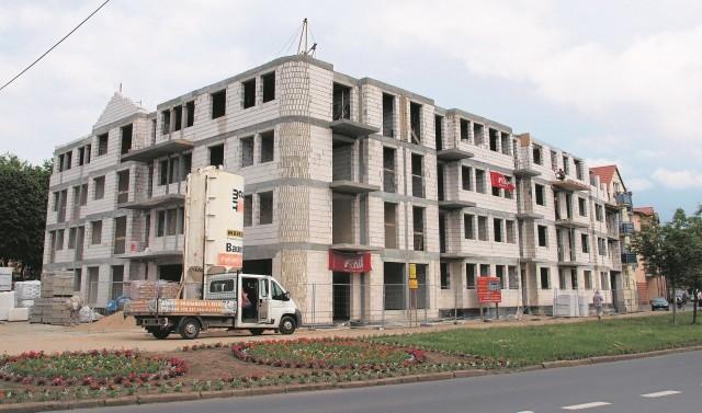 Nowy obiekt Białogardzkiego Towarzystwa Budownictwa Społecznego powstaje przy ul. Świętochowskiego. W tej chwili wykonawca przygotowuje się do prac instalacyjnych wewnątrz budynku.
