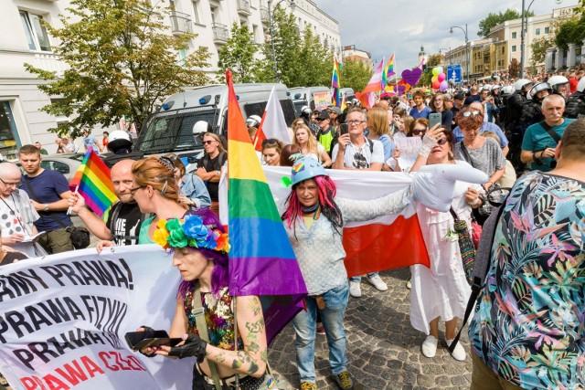 Setki osób przeszło ulicami Białegostoku w pierwszym w historii Marszu Równości. Manifestowali wolność, miłość, walcząc o tolerancję i akceptację. Marsz kilkakrotnie zakłócały środowiska związane m.in. z pseudokibicami i nacjonalistami.