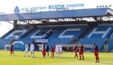 Stadion Ruchu Chorzów z napisem na trybunie ZDJĘCIA Krzesełka pomalowano za pieniądze kibiców. Trybuna w nowej odsłonie robi wrażenie!