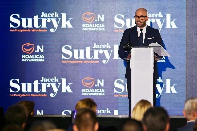 220 nowych autobusów, 120 nowych tramwajów, tramwaj wodny, strażnicy osiedlowi, remonty kamienic, nowe drogi, parkingi i ścieżki rowerowe - to tylko niektóre obietnice Jacka Sutryka, kandydata Koalicji Obywatelskiej na prezydenta Wrocławia.