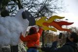 Wielka owca z klocków Lego stanęła przy krakowskim smoku wawelskim! Wygląda efektownie