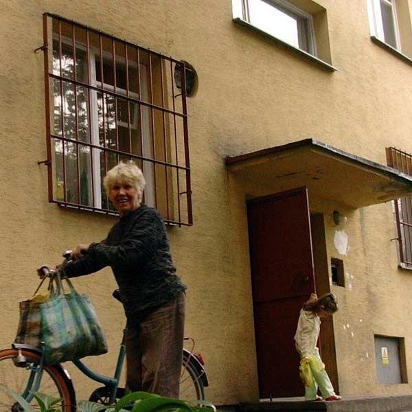 Mieszkańcy dwóch klatek tego bloku nie mogą wykupić mieszkań na własność, choć niektórzy ich sąsiedzi już to zrobili.