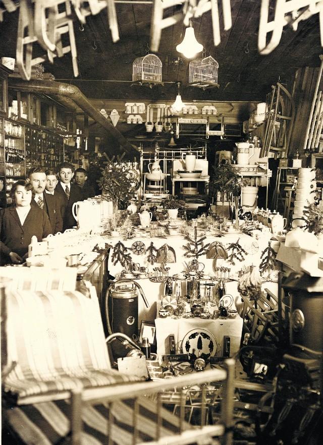Wystawa gwiazdkowa w sklepie Juliusza Hundsdorffa (stoi jako drugi), kupca zamordowanego w 1939 r. w Piaśnicy