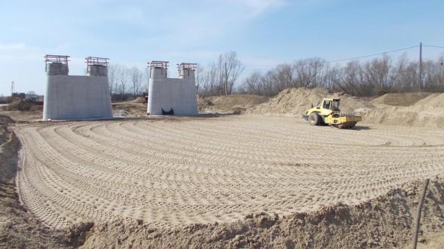 Wykonawcy realizujący budowę drogi S19 na Podkarpaciu nie przerywają prac na budowach dróg. Jednak w związku z ograniczeniami związanymi z epidemią koronawirusa, GDDKiA wspólnie z firmami monitorują sytuację na budowach, a realizacja prac budowlanych odbywa się z zachowaniem bezpieczeństwa i zaleceń sanitarnych.Budowa drogi ekspresowej S19 od węzła Lasy Janowskie do węzła Nisko Południe podzielona jest na trzy zadania realizacyjne, na których trwają prace budowlane i przygotowawcze.Na zdjęciu zadanie B od węzła Zdziary (bez węzła) do węzła Rudnik nad Sanem (bez węzła) o długości 9 km.
