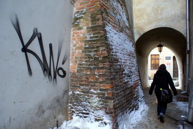 """Pseudografficiarze szczególnie upodobali sobie bramy i boczne ulice Starego Miasta. Przy ul. Ku Farze można natrafić na wiele """"prymitywnych"""" podpisów"""