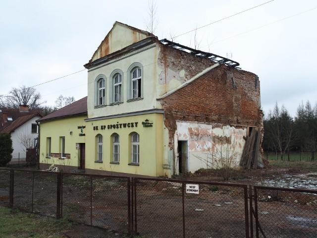 Konserwator zabytków domaga się odbudowy wyburzonego bez jego zgody w 2016 roku skrzydła budynku (i remontu całości)