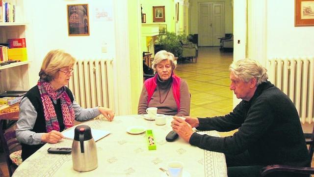 Bogusław Wołoszański rozmawia z Melittą Sallai ( w środku) w jej pałacu w Morawie