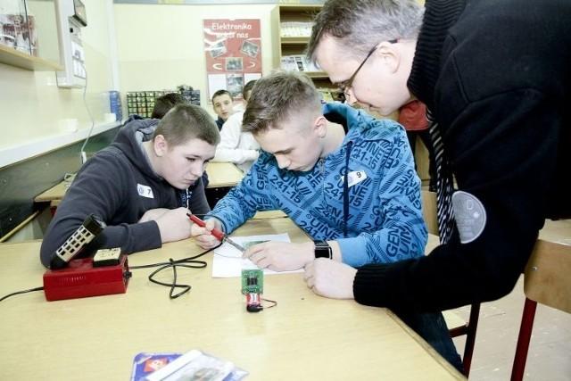 Po raz pierwszy mogliśmy spróbować na czym polega lutowanie – mówili gimnazjaliści Dominik (pierwszy z lewej) i Szymon, którzy wczoraj odwiedzili Zespół Szkół Elektrycznych w Białymstoku