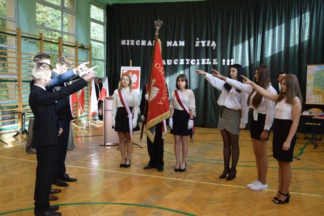 Aż 73 uczniów klas pierwszych Zespołu Szkół Centrum Kształcenia Rolniczego w Sandomierzu - Mokoszynie złożyło w czwartek na sztandar szkoły uroczyste ślubowanie. Uczniowie zostali oficjalnie przyjęci w poczet społeczności szkoły w ramach obchodów Dnia Edukacji Narodowej.