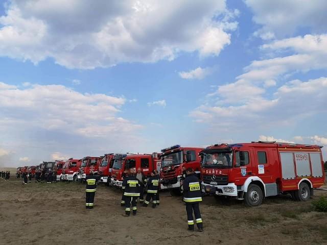 W poniedziałek ok. godz. 15 strażacy odebrali zgłoszenie o pożarze rozprzestrzeniającym się na terenie poligonu drawskiego. W akcji gaszenia brało udział 30  zastępów strażaków zawodowych i ochotników oraz wojsko.Paliło się w sześciu miejscach rozproszonych po ok. 172 hektarach. Do gaszenia wykorzystano samolot gaśniczy, wykonujący zrzuty wody na miejsca pożaru.  Po godz. 17 pożar był już opanowany. Trwało dogaszanie. Na poligonie odbywają  się  ćwiczenia Dragon-19. W całym kraju  bierze  w nich udział około 18 tys. żołnierzy i 2,5 tys. jednostek sprzętu. Zobacz także Złocieniec: burza i trąba powietrzna przeszły nad miastem