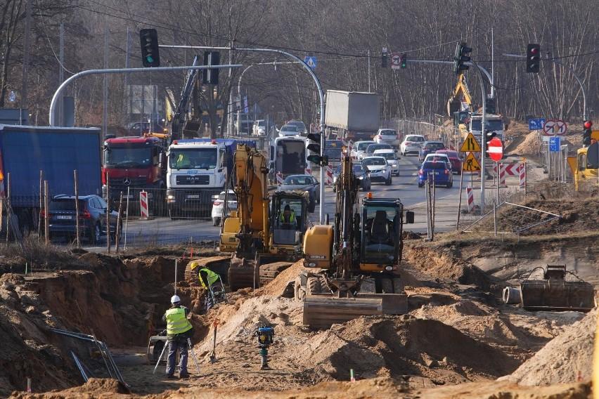 Prace nad budową trasy tramwajowej powodują konieczność...