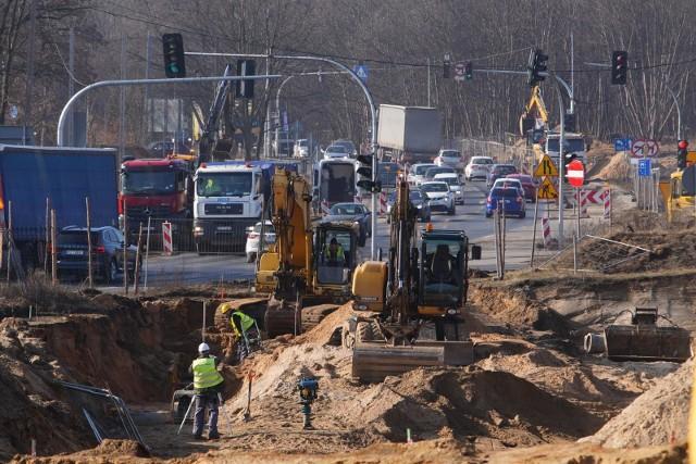 Prace nad budową trasy tramwajowej powodują konieczność przełączeń sieci wodociągowej