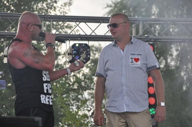 Rafał Czubak (z prawej) na imprezy organizowane przez Agencję Pomidżi zapraszał gwiazdy. Tu w 2015 roku podczas Festiwalu Disco Polo w Szydłowcu w towarzystwie Krystiana Pudzianowskiego z grupy Pudzian Band.