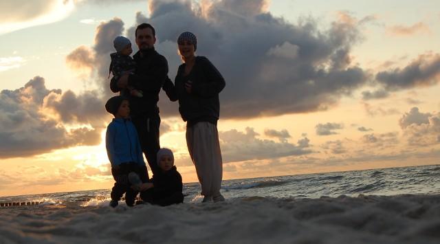 Józek ma kochającą rodzinę, która bardzo za nim tęskni, ale nie tracą wiary, że mąż i tata wróci do zdrowia i do nich