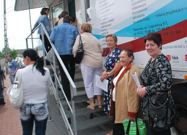 Kolejka w Myszyńcu była wczoraj długa. Ale pacjentki czekały cierpliwie.
