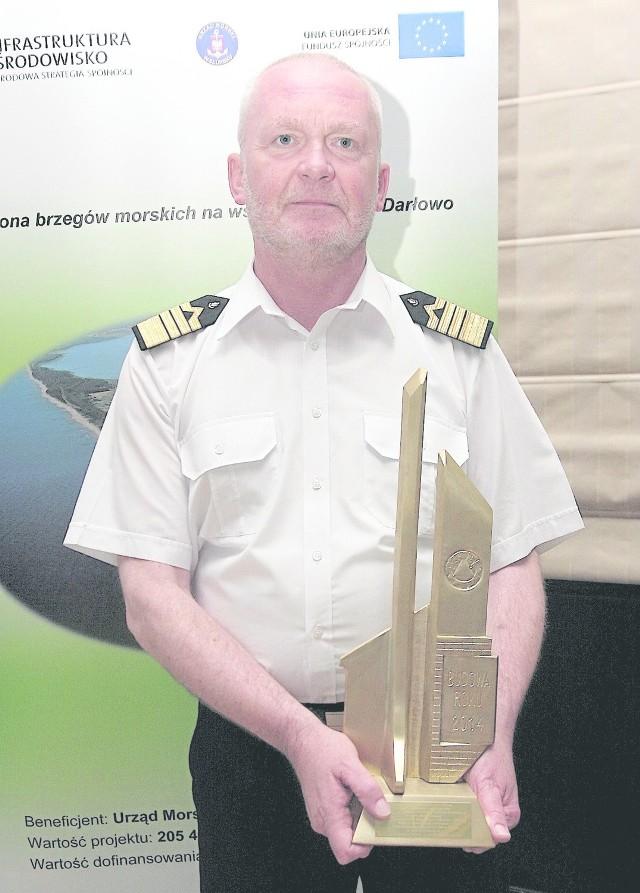 Tomasz Bobin, dyrektor Urzędu Morskiego w Słupsku, z nagrodą Polskiego Związku Inżynierów i Techników Budownictwa