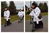 Ksiądz i ministranci na hulajnogach odwiedzili parafian w Marwicach. Tak wygląda kolęda w czasie pandemii