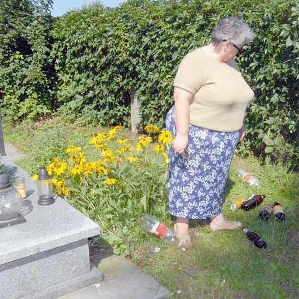 Pani Kazimiera często czyści grób z wosku, który rozlewają na grobie pijący i zbiera pozostawione przez nich butelki po alkoholu.