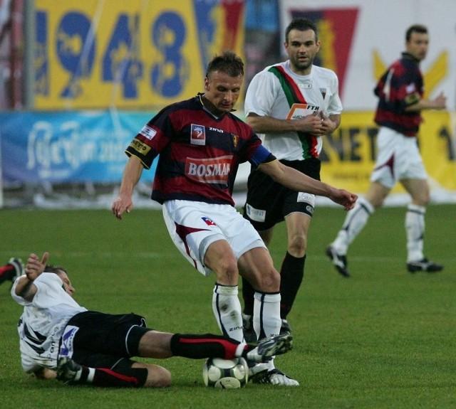 Tomasz Parzy (w środku) jest nie tylko kapitanem Pogoni, ale także jednym z jej lepszych strzelców. W tym sezonie zdobył już 7 goli.