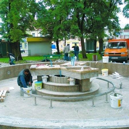 Grube granitowe płyty już dotarły do Zambrowa. Cała inwestycja ma zostać skończona do soboty.