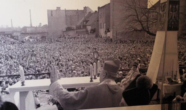 Prymas Stefan Wyszyński odprawia mszę jubileuszową podczas milenium chrztu Polski