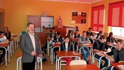 Dyrektor ZPO Mirosław Pękala i gimnazjaliści w jednej ze swoich nowych klasopracowni FOT. KATARZYNA HOŁUJ